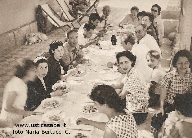 A tavola con amici e parenti ustica sape - A tavola con amici ...