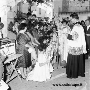 Il Cardinale somministra la Cresima all'aperto