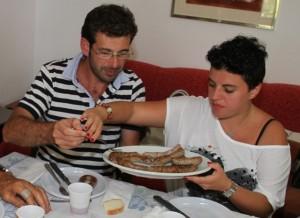 Francesco offre la salsiccia a Rosalinda