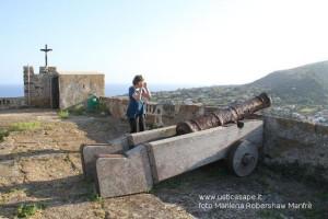 Fortezza della Falconiera -Turista americana fotografa con interesse il cannone del 1780