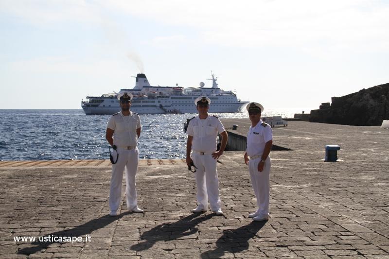 La nave  FTI Berlin Valletta con 355 passeggeri si ferma ad Ustica