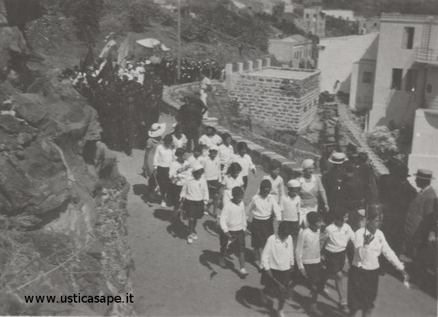 In processione e in uniforme per accogliere il Cardinale – Agosto 1934