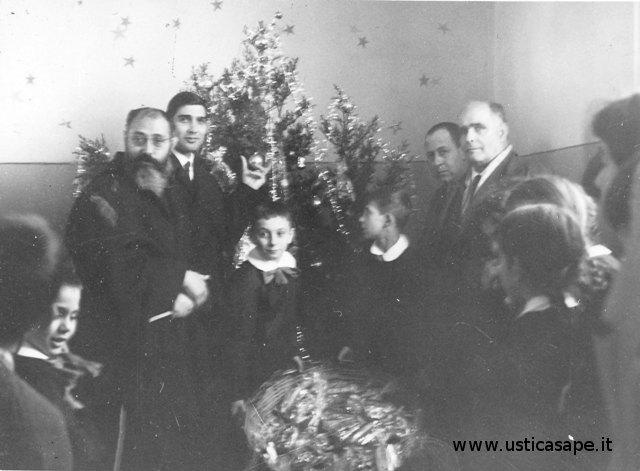 Scuola: Benedizione dell'albero di Natale con doni offerti dall'Amministrazione