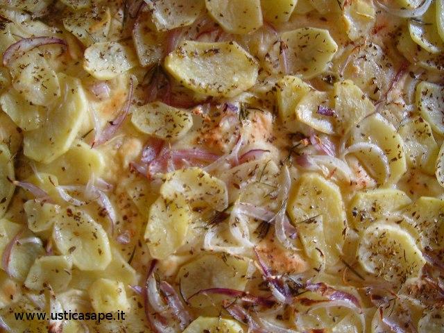 Pizza con patate e cipolla e all'usticese di nonna Bartola Giuffria cotta nel forno a legna