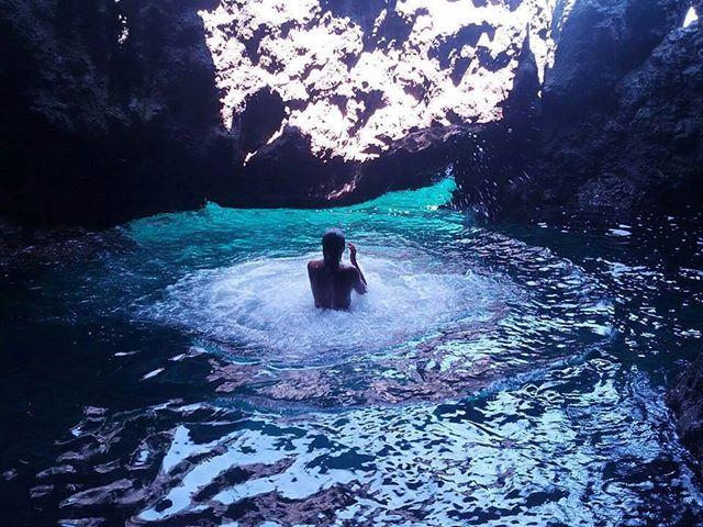 Ustica: Un bagno dentro la grotta segreta