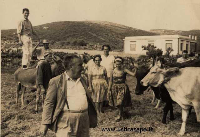 Turisti nell'aia accompagnati da Ercole Gargano