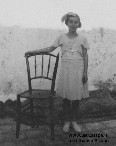 Bambina con sedia