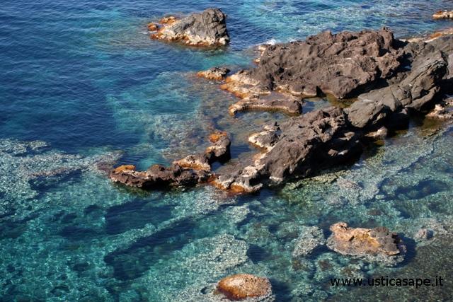Ustica: scogliera, mare pulito