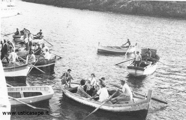 Barche attesa sbarco passeggeri