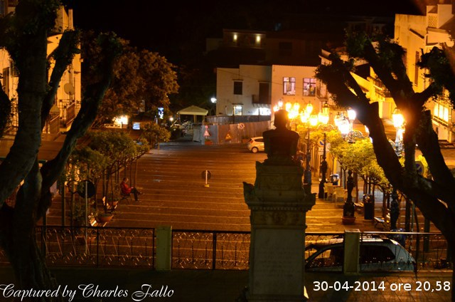Piazza di sera in primavera