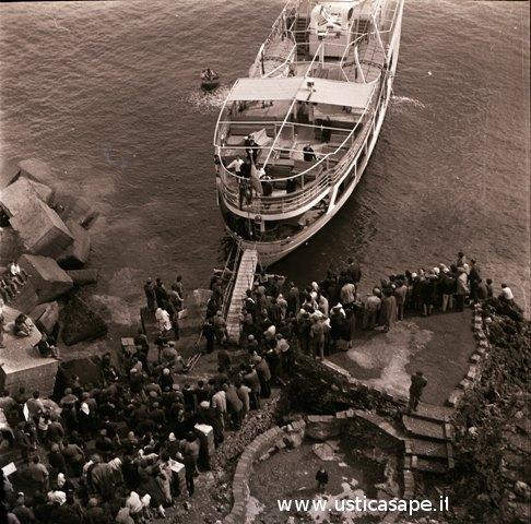 Turisi attesa imbarco sulla Nuova ustica