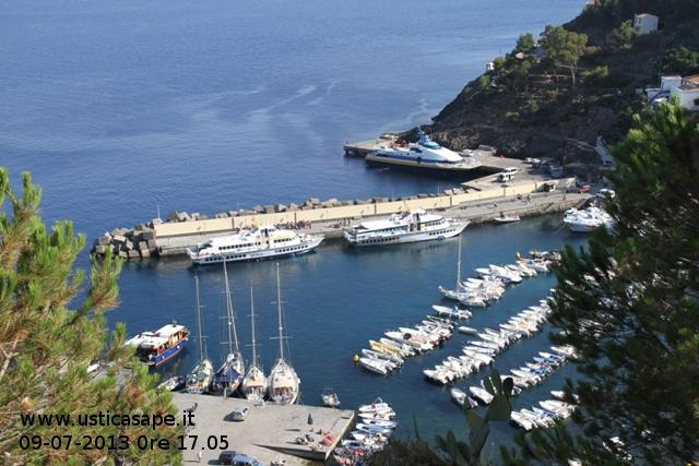 Tre mezzi veloci delle Ustica Lines nel porto