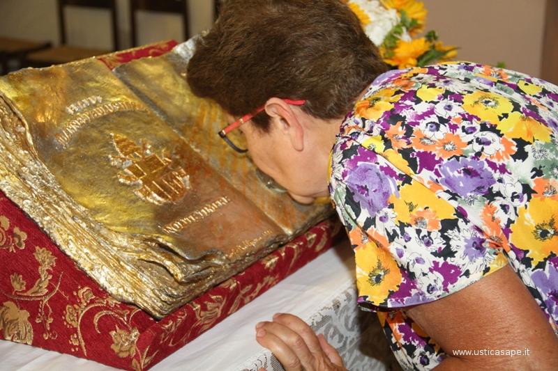 Alla fine della Messa i fedeli baciano le reliquie di Giovanni Paolo II, in religioso silenzio
