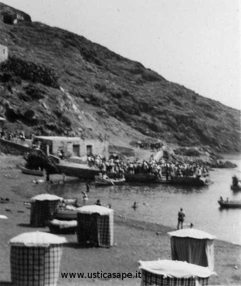 Attesa imcarco  - bagnanti in spiaggia