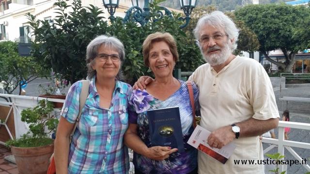 """Mostrare con soddisfazione il libro """"le Grotte di Ustica"""""""