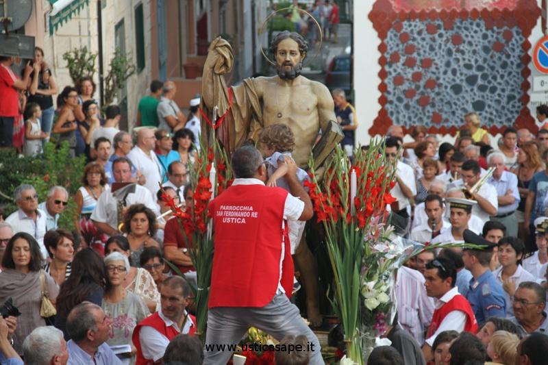 """Tradizionale """"carezza""""dei bambini a San Bartolo"""