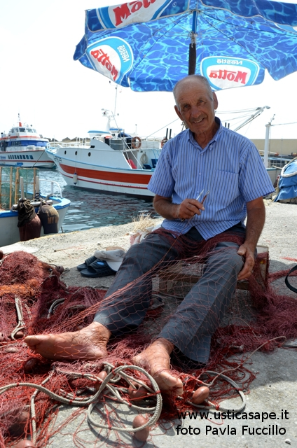 Pescatore rammenda reti
