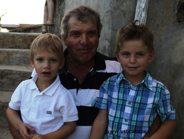 Nonno con nipotini