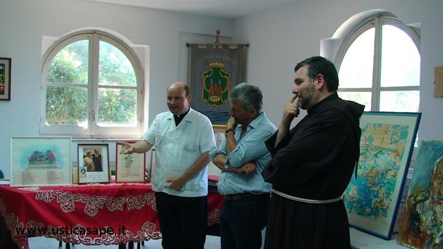Consegna  materiale fotografico dopo la morte di Padre Carmelo