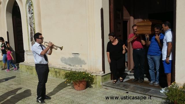 """Il silenzio suonato da Angelo Russo per l'ultimo saluto a """"Ninò"""""""