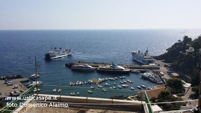 Cala Santa Maria con due navi