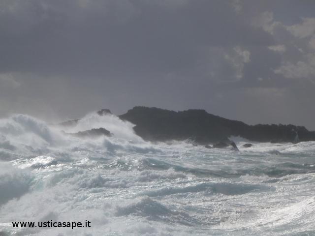 mare molto moso - molo dello Spalmatore