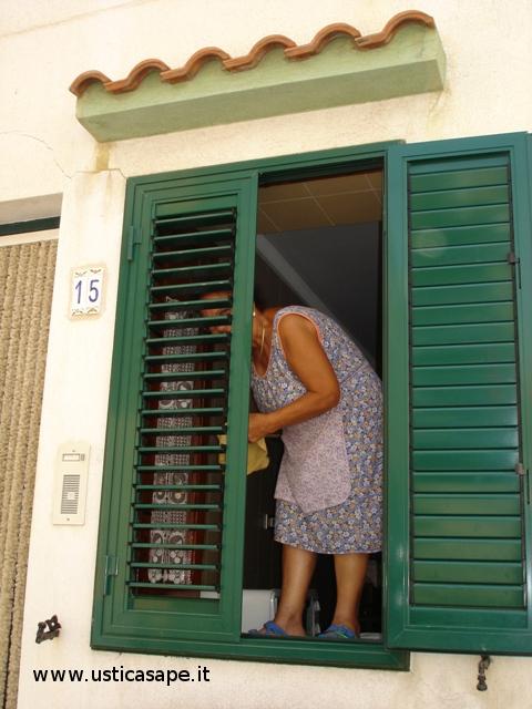 La signora sta giocando a Cucu' Settete