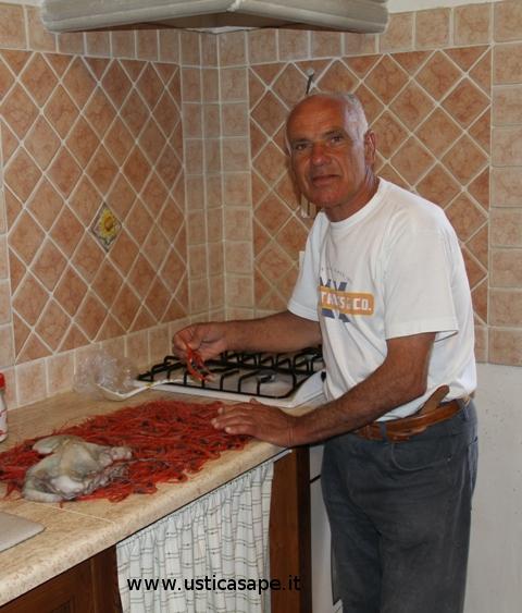 Michele spega al turisca come pulire facilmente il gambero