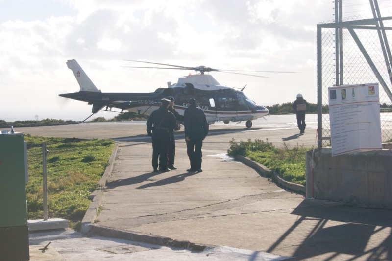 Prima Aereo O Elicottero : Ustica arrivo generi di prima necessità con elicottero