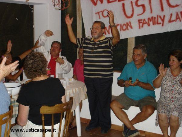 Padre Alessandro saluta la famiglia Lauricella