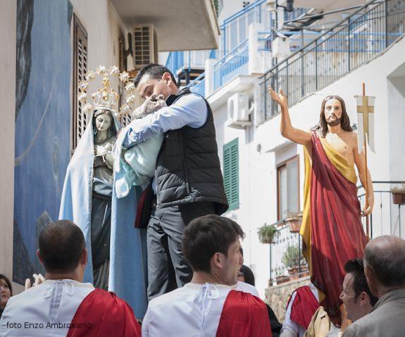 Bimbo consacrato alla Madonna in Processione