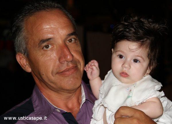Nonno Giuseppe mostra con orgoglio la nipotina