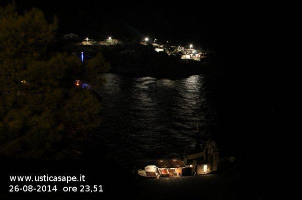 Mezzaluna di notte con rimorchiatore