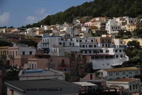 Parte di Ustica vista dal porto
