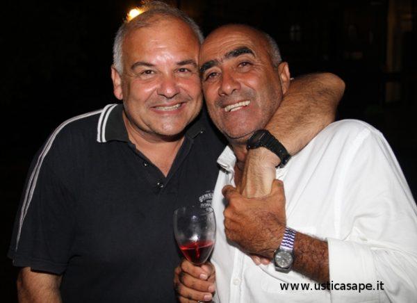 due amici in compagnia di un bicchiere di rosso