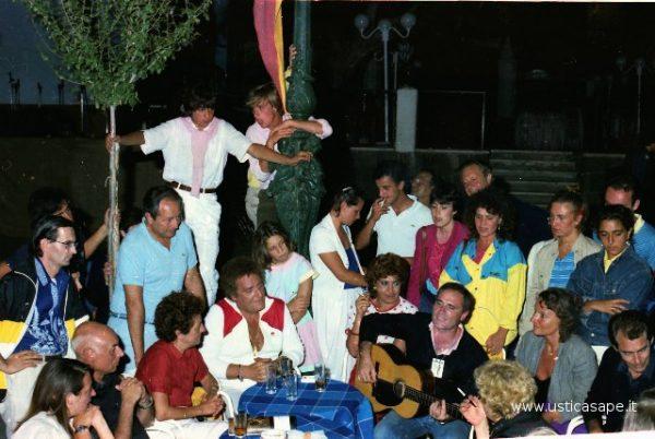 Ustica, intrattenimento improvvisato musicale in piazza