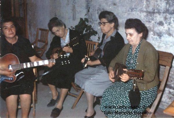 nonne con il mandolino 1968
