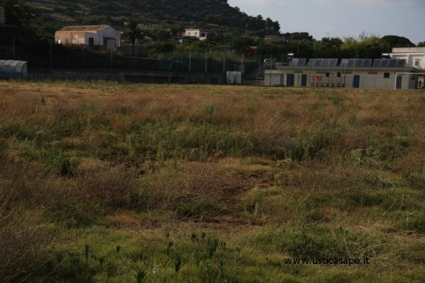 Campo sportivo lasciato nel degrato