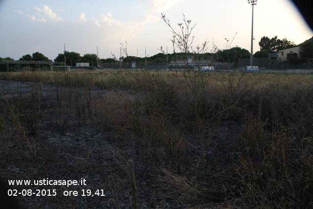 le erbacce del campo sportivo prendono fuoco