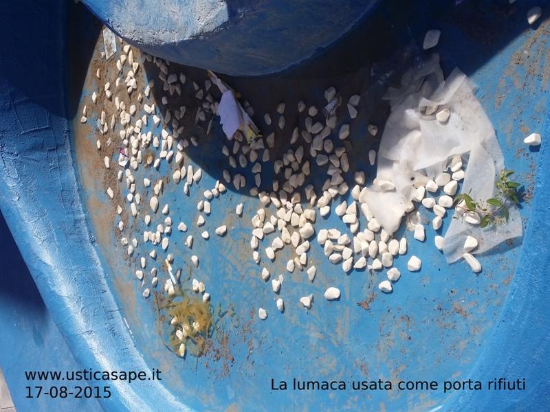 La lumaca usata come porta rifiuti