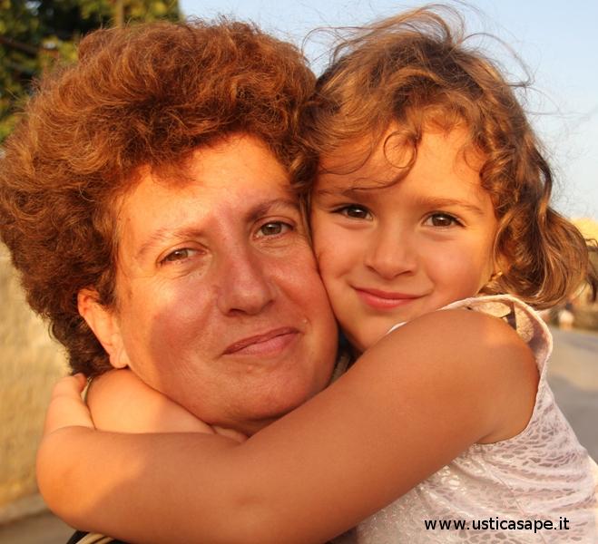 Abbraccio della nipotina alla nonna