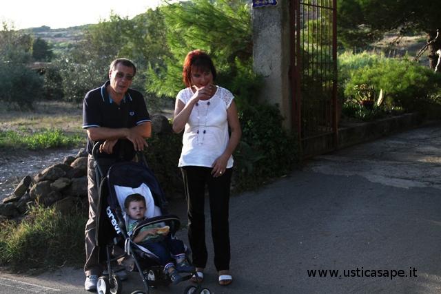 Nonni a spasso con il nipotino