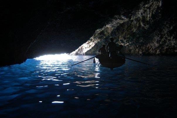 Turisti in visita alla grotta azzurra