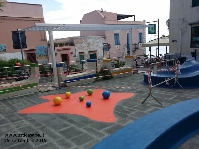 Piazza lumaca, avanzamento lavori posizionata rastrelliera per futuro rampicante