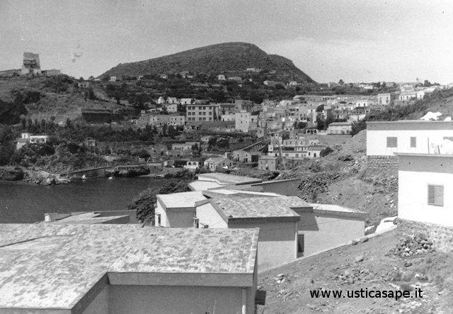 Ustica, paese visto dalvillaggio pescatori