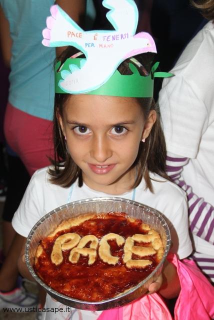 Bambina che festeggia il giorno della Pace, fraternità e dialogo