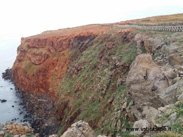 varie sfaccettature della roccia che riflette i colori dell'ambiente circostante