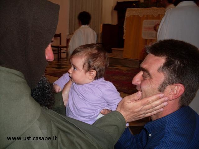 Un bacetto alla bambina  e una carezza al papà
