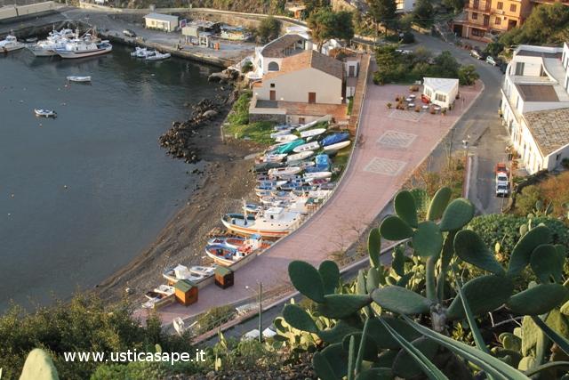Ustica, barche tirate a secco sulla spiaggia di Cala Santa Maria