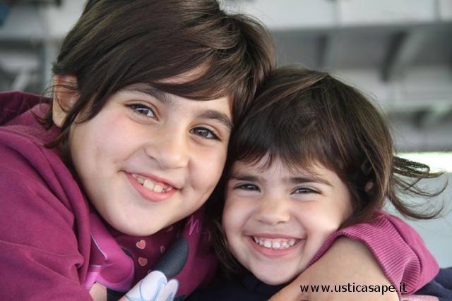 Belle bambine contente sulla nave per Palermo